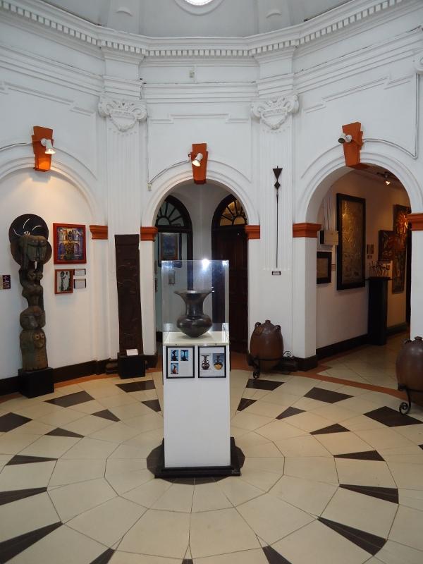 point zero Magdalene Odundo ceramic vase nairobi gallery copyright Alan Donovan (600x800)
