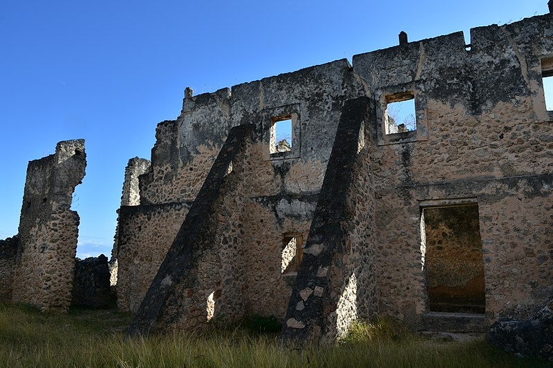 800px-Makutani Palace ruins, Kilwa Kisiwani, built by the Omanis in the 18th century