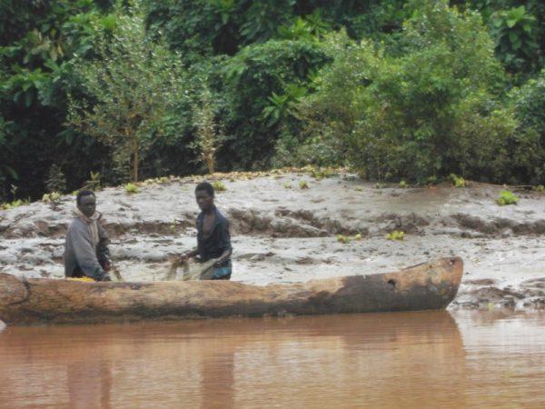 Pokomo fishermen at Ozi near Kipini prawn fishing with net - rupi mangat one time use only 8th Feb 2014 (800x600)