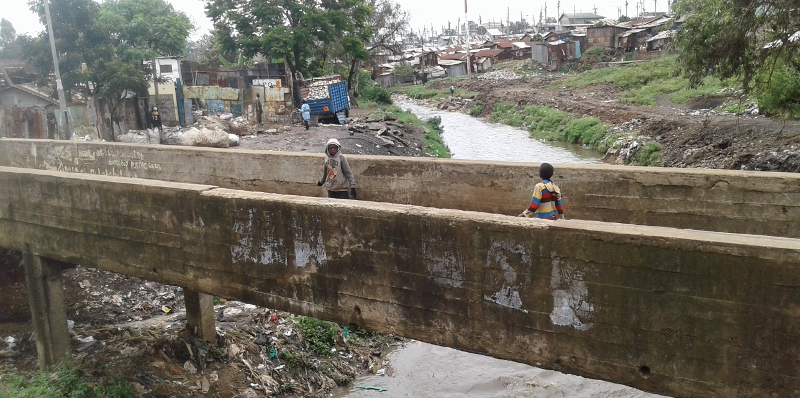 the-old-bridge-across-nairoi-river-once-a-criminal-den-in-korogocho-slum-nairobi.-copyright-rupi-mangat-800x600-1.jpg
