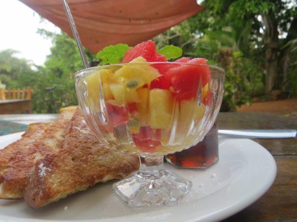 Breakfast at Via Via Entebbe. Copyright Rupi Mangat (800x600)