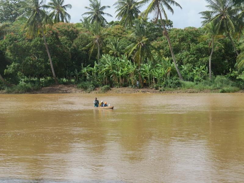 Pokomo fisher on Tana Delta Copyright Rupi Mangat. One time use only (800x600)