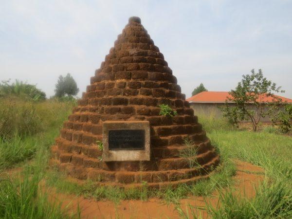 Bakers and King Kabalega monument near Masindi 1872 in Uganda Copyright Rupi Mangat (800x600)